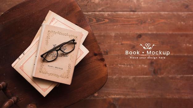 Plano de libros con gafas PSD gratuito
