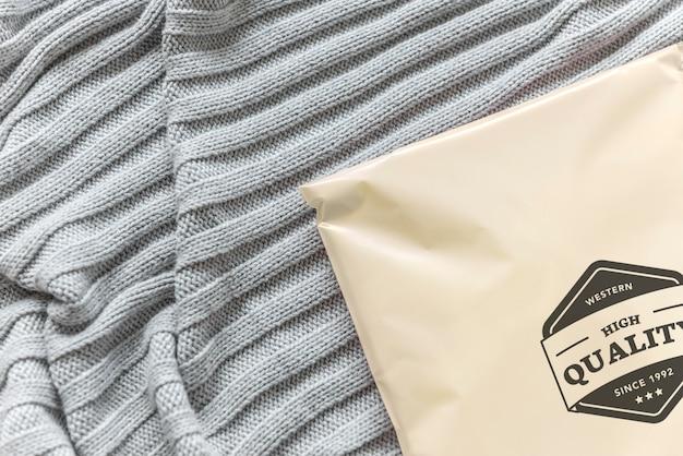 Plastic pakketmodel op een bed Gratis Psd