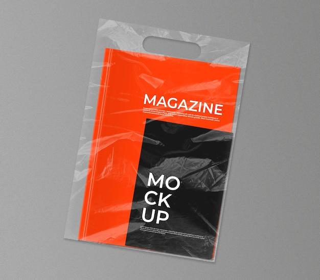 Plastic zak met tijdschriftmodel Gratis Psd