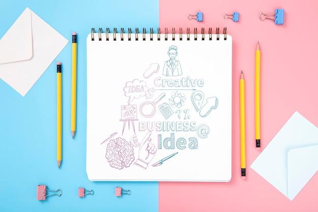 Plat bureau oppervlak met potloden en notebook Gratis Psd