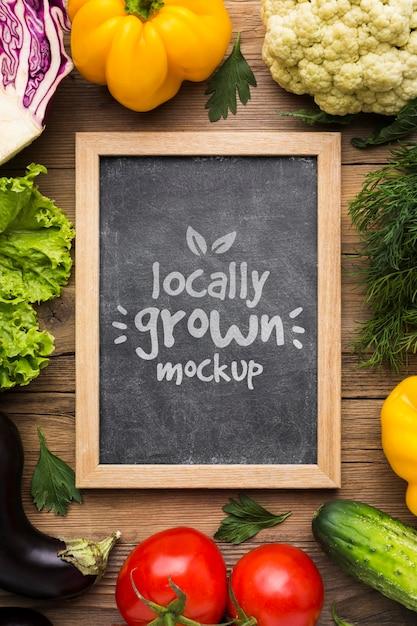 Plat lag lokaal geteelde groenten mock-up Gratis Psd