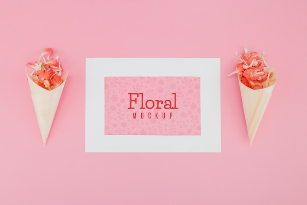 Plat lag mock-up met bloemen in papieren kegels Gratis Psd
