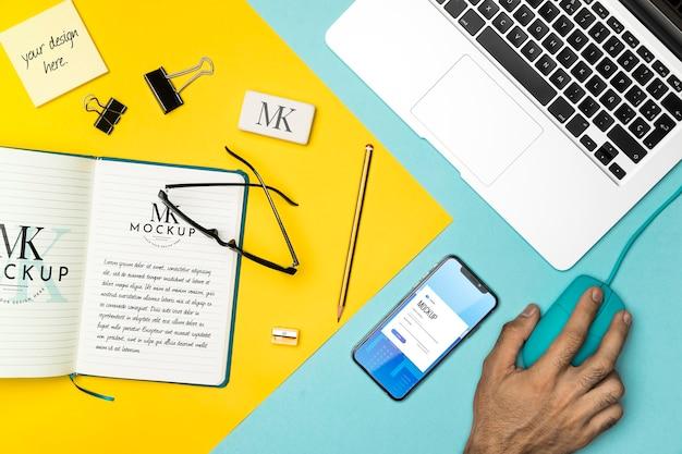 Plat lag notebook en laptop arrangement Gratis Psd