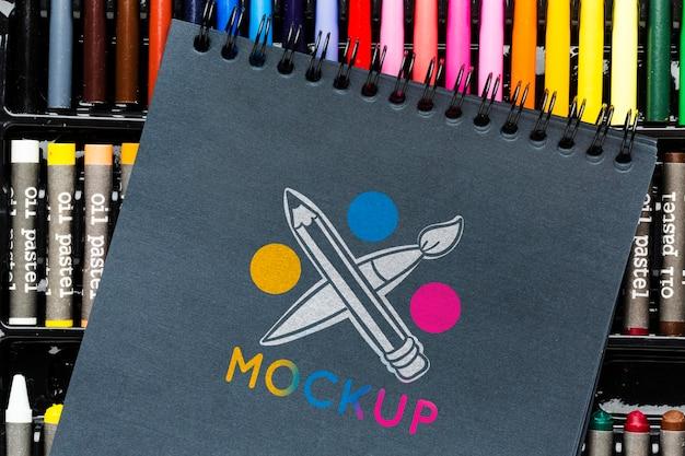 Plat lag notebook op kleurrijke markeringen Gratis Psd
