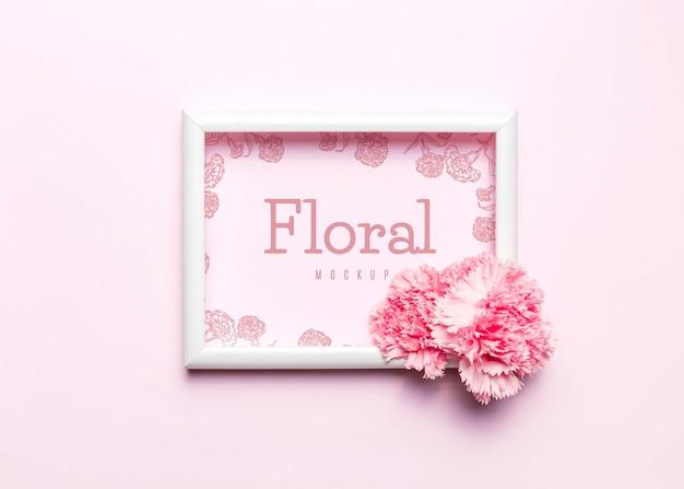 Plat lag roze bloem met wit frame Gratis Psd