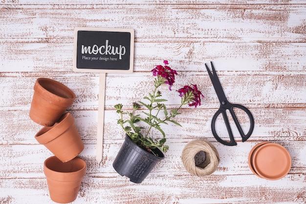 Plat lag schoolbordmodel met tuinelementen Gratis Psd