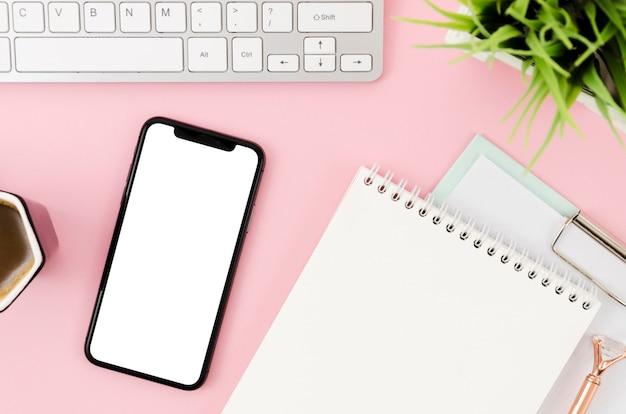 Plat lag smartphonemodel met klembord en toetsenbord Gratis Psd