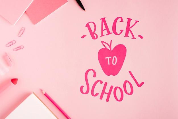 Plat lag terug naar school met roze achtergrond Gratis Psd