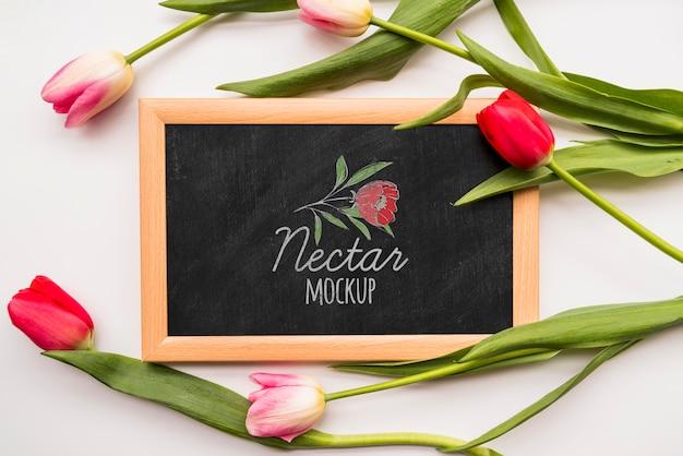 Plat leggen bloemen op blackboard Gratis Psd