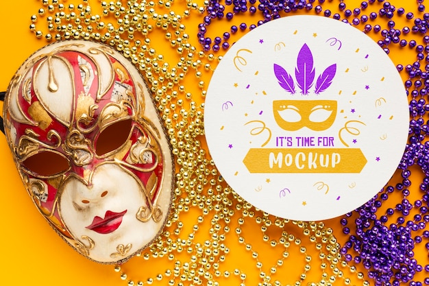 Plat leggen van carnaval masker en kralen Gratis Psd