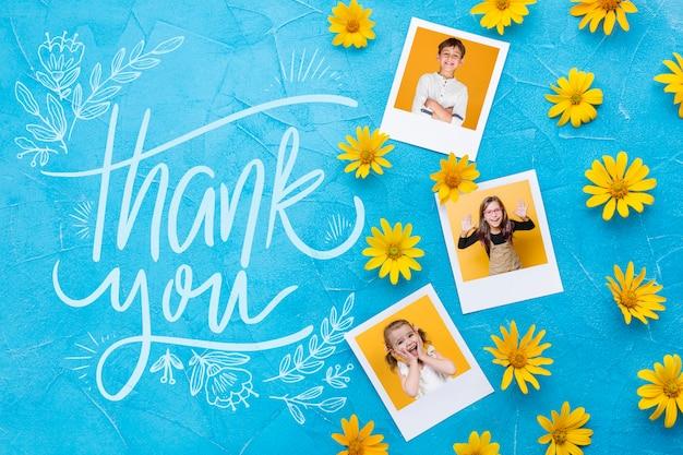 Plat leggen van foto's en bloemen op blauwe achtergrond Gratis Psd
