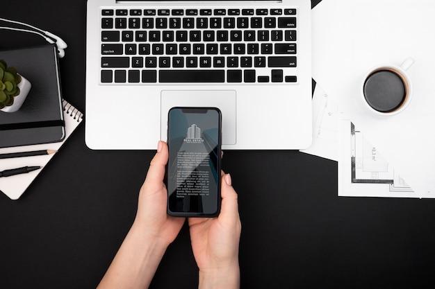 Plat leggen van handen met een smartphone Gratis Psd