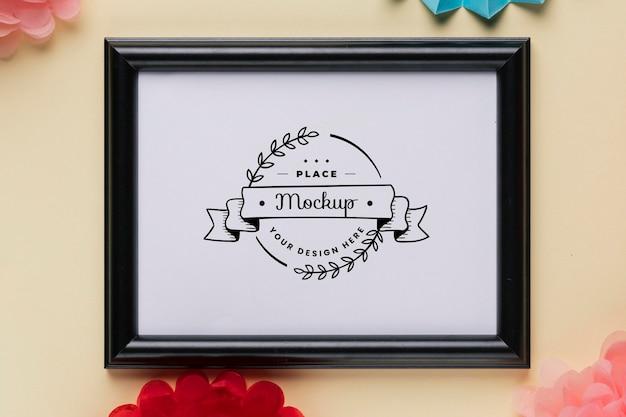 Plat leggen van mock-up frame met kleurrijke decoraties Gratis Psd