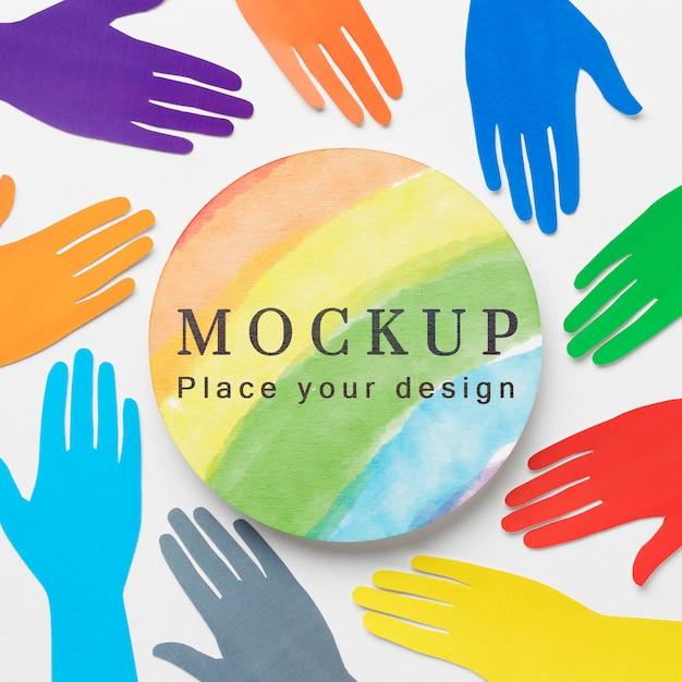 Plat leggen van regenboogkleurige handen voor diversiteit Gratis Psd