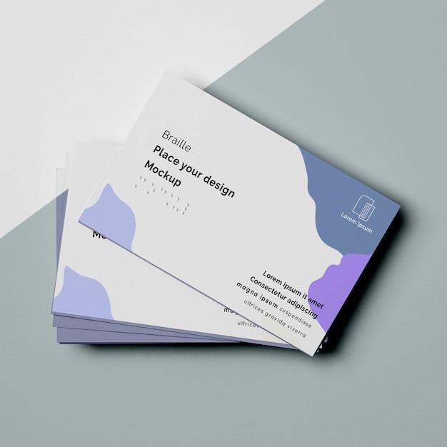 Plat leggen van visitekaartjesontwerpen met brailleschrift Gratis Psd