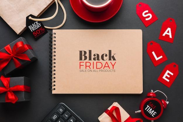 Plat leggen van zwarte vrijdag concept mock-up op zwarte achtergrond Gratis Psd