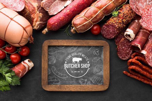 Plat leggen vleesproducten met schoolbordmodel Gratis Psd