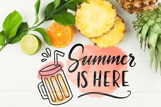 Plat leggen zomer mockup met copyspace en tropische vruchten Gratis Psd