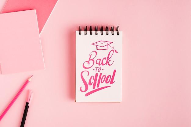 Plat terug naar school met kladblok Gratis Psd