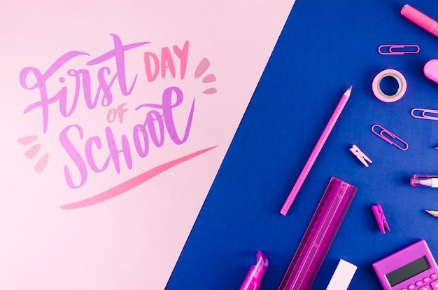 Plat terug naar school met paarse benodigdheden Gratis Psd