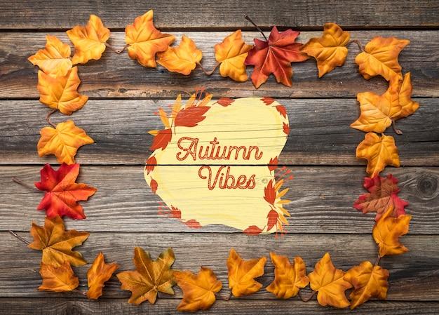 Plat van bladeren met herfstvibes Gratis Psd