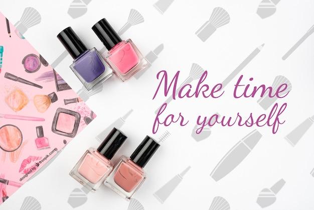 Plat van kleurrijk nagellakmodel Gratis Psd