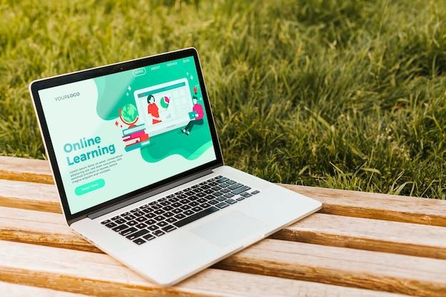 Portátil de primer plano con página de inicio de aprendizaje en línea PSD gratuito