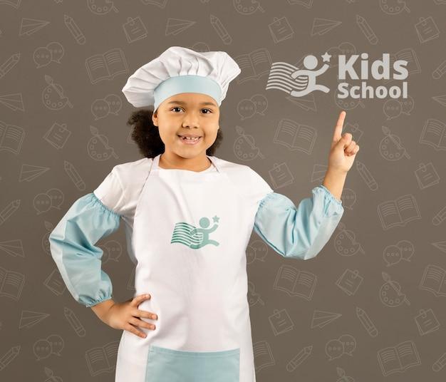 Portret van een jong meisje die zich voordeed als chef-kok Gratis Psd