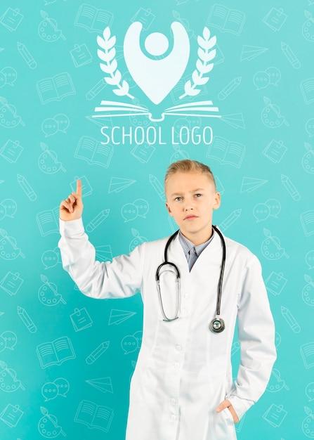 Portret van een jonge jongen die zich voordeed als arts Gratis Psd