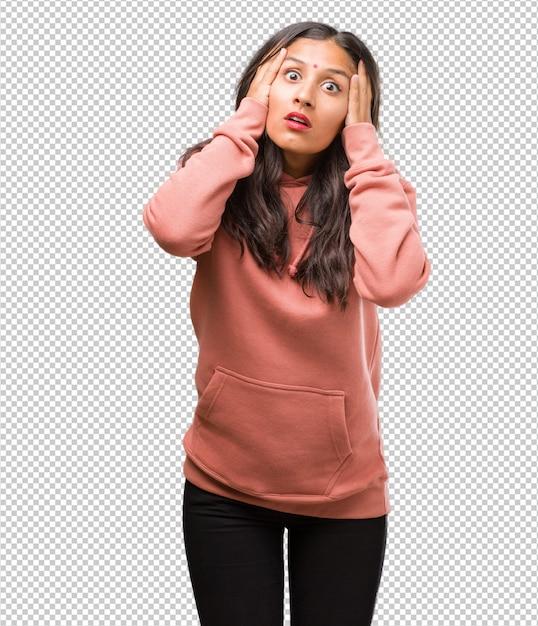 Portret van fitness jonge indiase vrouw gefrustreerd en wanhopig, boos en verdrietig met de handen op het hoofd Premium Psd