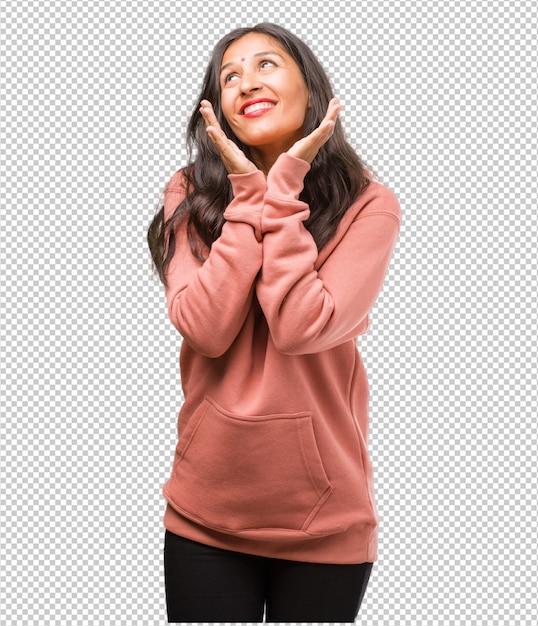 Portret van verrast en geschokt geschiktheids jonge indische vrouw, kijkend met brede ogen, opgewekt door een aanbieding of door een nieuwe baan, win concept Premium Psd