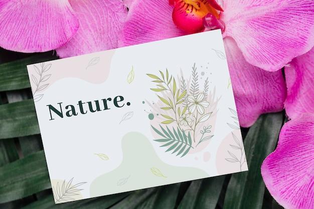 Positief bericht op kaart naast bloemen Gratis Psd