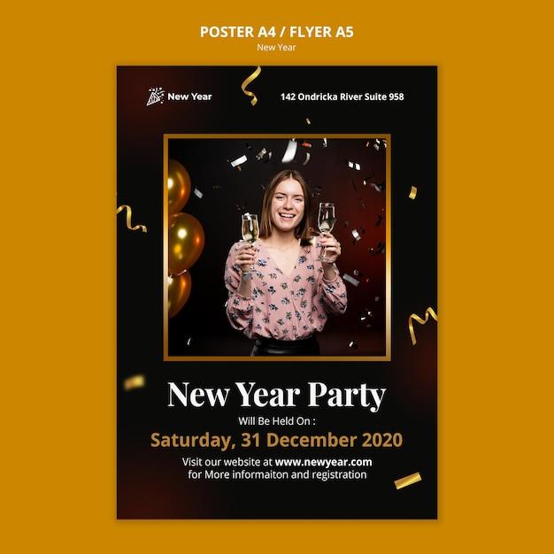 Poster sjabloon voor nieuwjaarsfeest met vrouw en confetti Gratis Psd