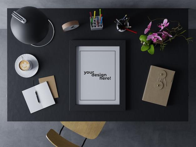 Premium singolo poster frame mock up design modello ritratto di riposo sullo scrittorio elegante in moderna area di lavoro interna Psd Premium