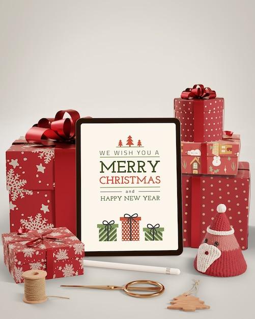 Preparación navideña con regalos y tableta PSD gratuito
