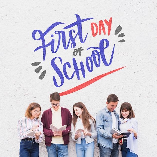 Primo giorno di scuola, lettering con gli studenti che leggono Psd Gratuite