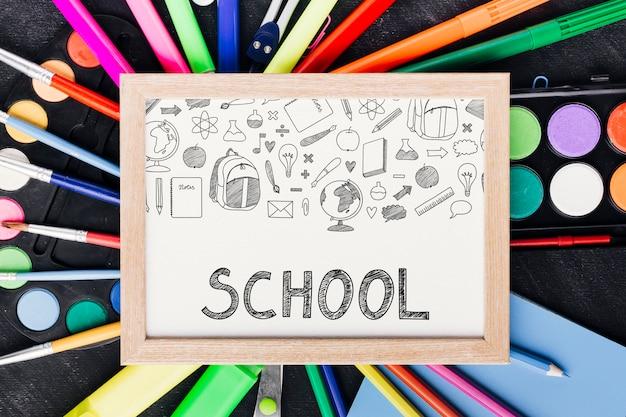 Primo piano di nuovo a scuola con il bordo bianco Psd Gratuite
