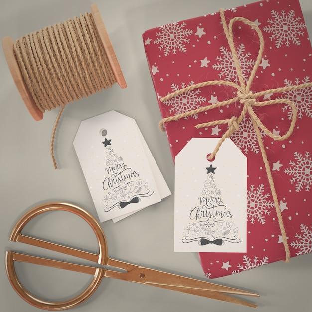 Proceso de envoltura de regalos en la maqueta de casa PSD gratuito