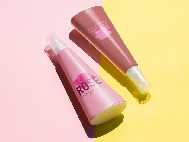 Productontwerp met roze flessenmodel Gratis Psd