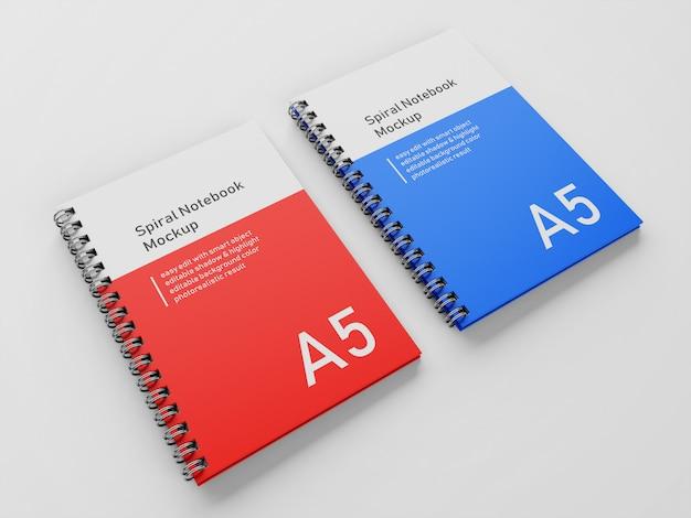 Realistische dubbele zakelijke a5 hardcover spiraal binder notebook mock up ontwerpsjabloon naast elkaar in 3/4 perspectief bekijken Premium Psd