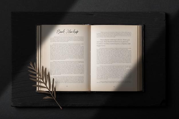 Realistische open boek mockup sjabloon met droge bladeren Premium Psd
