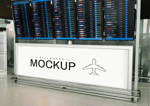 Rechthoekig billboardmodel onder een displaypaneel voor vertrek en aankomst Gratis Psd