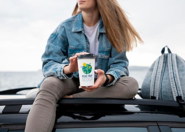 Reiziger met een mock-up kopje koffie Gratis Psd