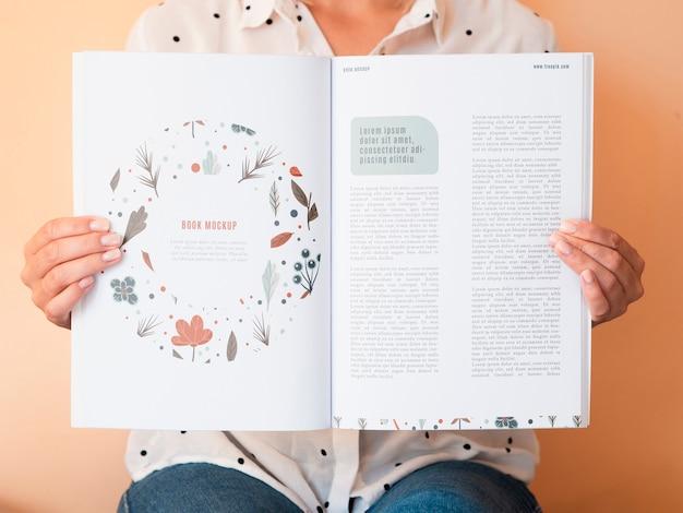 Revista abierta con sorteo e información en páginas PSD gratuito