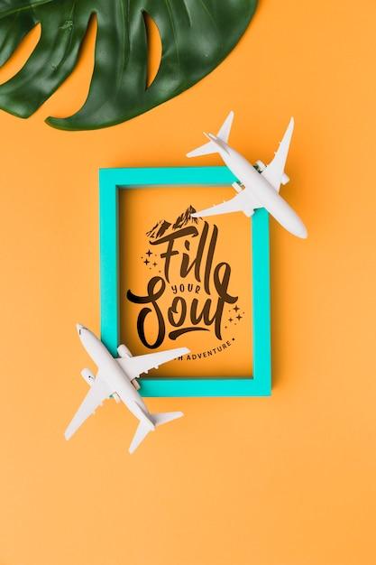Riempi la tua anima viaggiando, scrivendo con cornice, aeroplani e foglie di palma Psd Gratuite