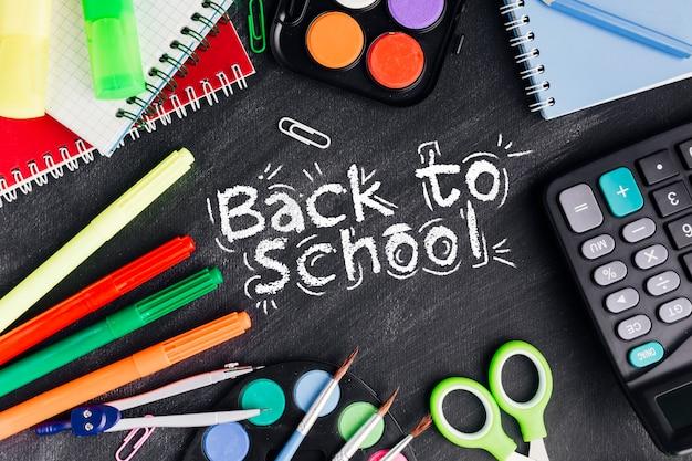 Rilassati a scuola con rifornimenti colorati Psd Gratuite