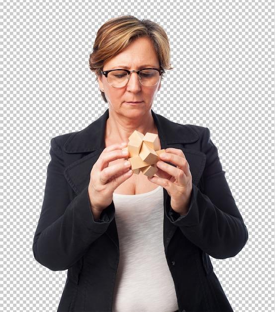 Ritratto di una donna matura affari cercando di risolvere un puzzle Psd Premium