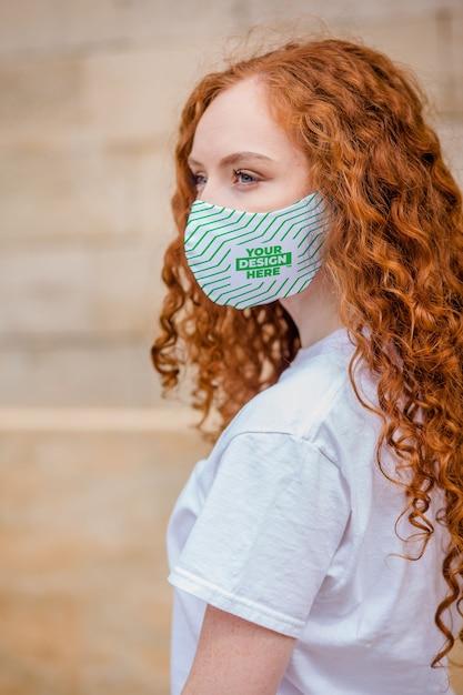 Rode haarvrouw met medisch beschermend gezichtsmasker Premium Psd