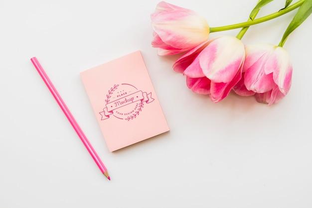 Roze bloemenconcept met notitieboekje Gratis Psd