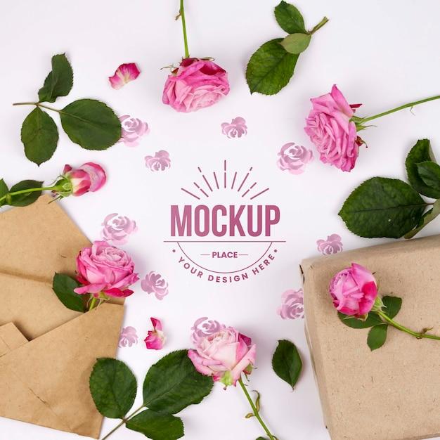 Roze rozen die mockup naast enveloppen ontwerpen Gratis Psd